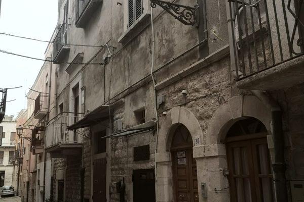 Cod. 195__NOVITA'____ Casa semi_indipendente in Zona centrale Piazza Catuma – Andria –